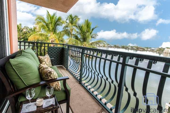 Genießen Sie Ihren Kaffee am Morgen oder ein Abendgetränk auf Ihrem Schlafzimmer einen eigenen Balkon mit einer unglaublichen Aussicht auf die Bucht.