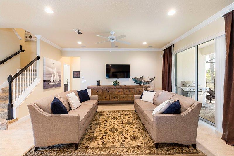 salon de luxe abordable avec des meubles dans Solterra Gated Resort