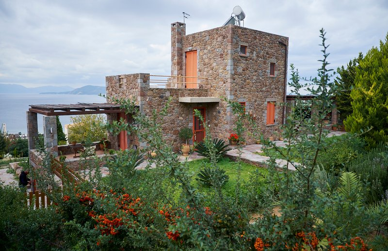 Villa Petra:Traditional luxury villa with an outstanding view to the sea, vacation rental in Saronic Gulf Islands