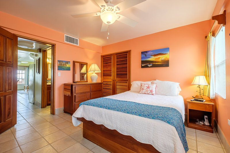 Adorable 1 bedroom condo on private beach! - Sunset Beach A3 - AC/WiFi/kayaks, alquiler de vacaciones en San Pedro