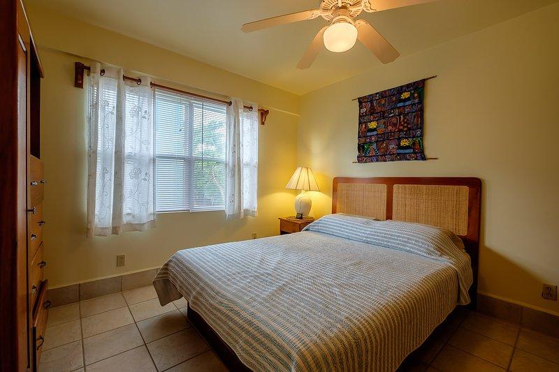 Deuxième chambre avec grand lit! Les installations comprennent le linge, la télévision par câble, climatisation centrale et plus!