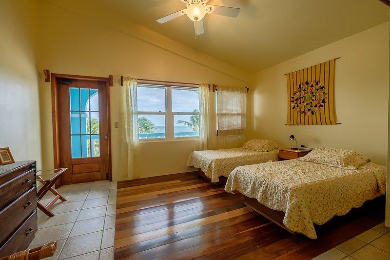 lits jumeaux dans la zone mezzanine avec balcon du troisième étage au-delà! C'est parfait pour vos enfants!
