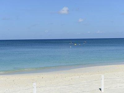 Vedere seduti sulle sedie a sdraio della spiaggia privata.