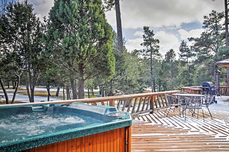 3BR cabin w/large deck, outdoor dining, hot tub