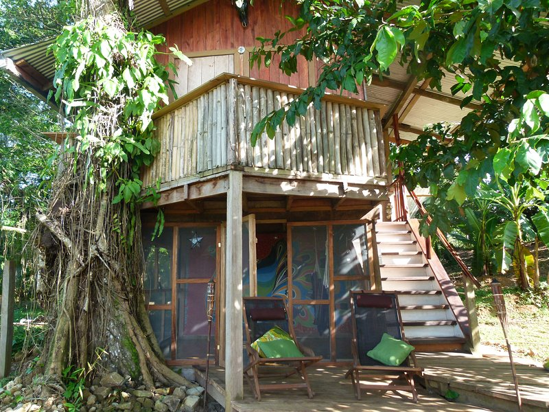 Whimsical Treehouse on a Cacao Farm with views over Dolphin Bay, alquiler de vacaciones en Isla San Cristobal