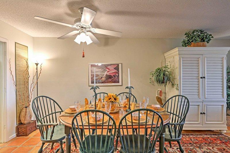 Disfrutar de las comidas en familia de diversión en la mesa del comedor.