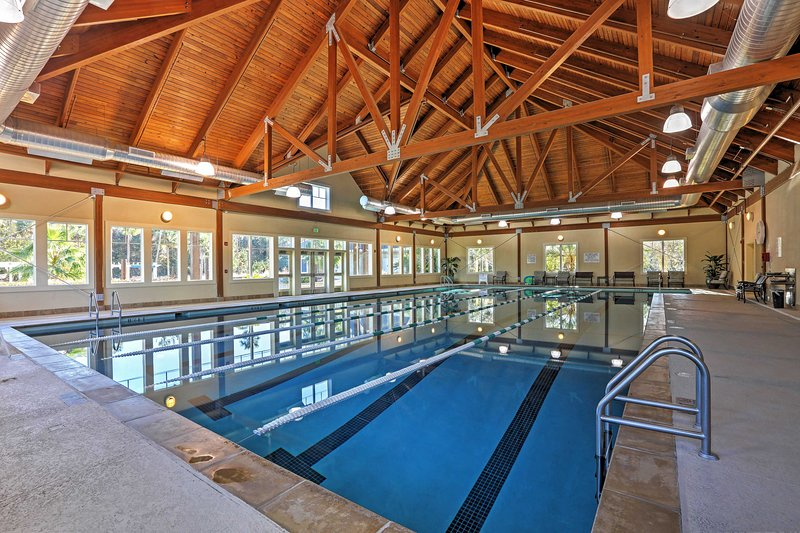 Tome un baño en la piscina cubierta y unos largos.