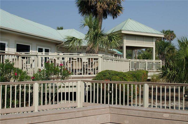Balcony,Fence,Building,Villa,Hedge