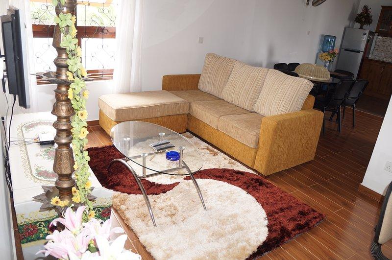 Δύο A / C Υπνοδωμάτια με συνημμένη μπάνια, σαλόνι, τραπεζαρία, κουζίνα, πλυντήριο και κοντά γκαράζ.