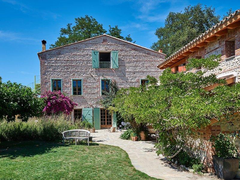 Mimosa House - Heated Pool - Child friendly gardens - Beach 10mins, location de vacances à Perpignan