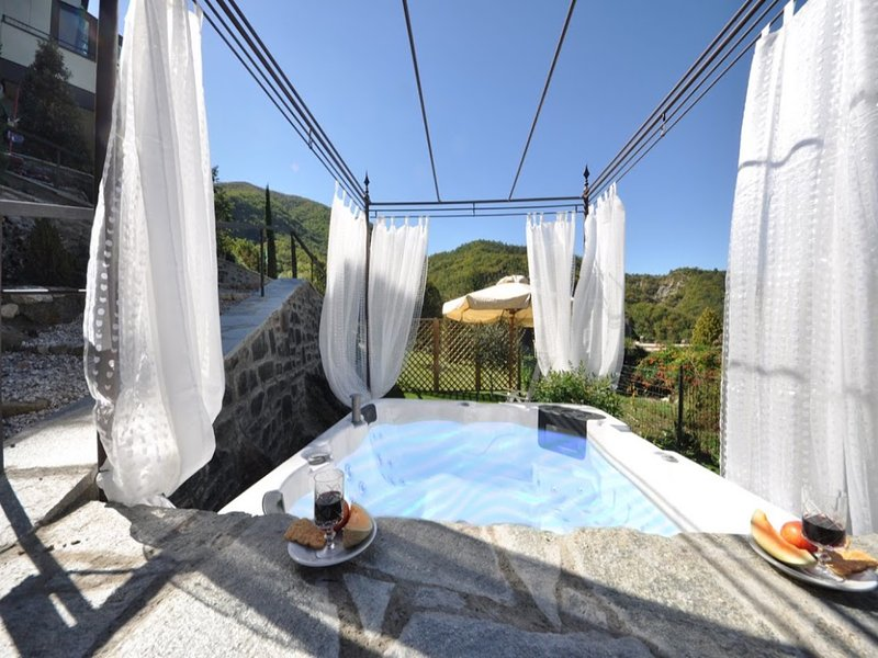 Lovely new Villa in Tuscany Countryside with private jacuzzi and amazing garden, location de vacances à San Godenzo