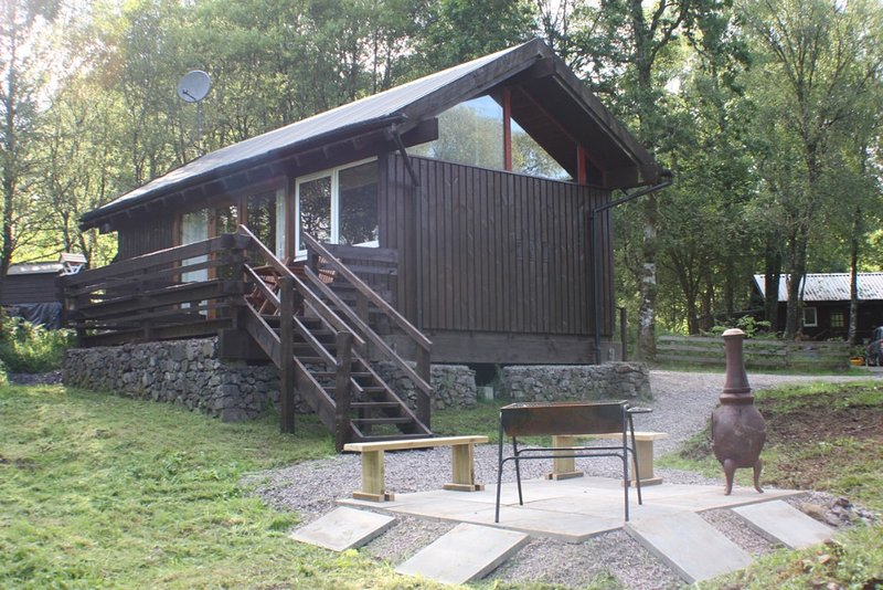 Seil Cabin close to shore of Loch Awe, holiday rental in Portsonachan