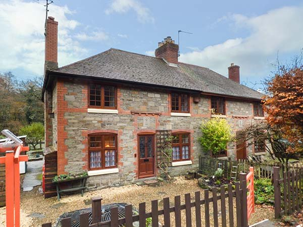 3 CROWN COTTAGES, forest views, woodburning stove, WiFi, Coleford, Ref 913421, holiday rental in Forest of Dean