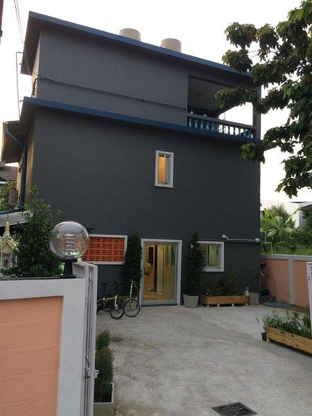 Home in Bangna near BTS sky train,  Airport and Bitec, vacation rental in Samut Prakan