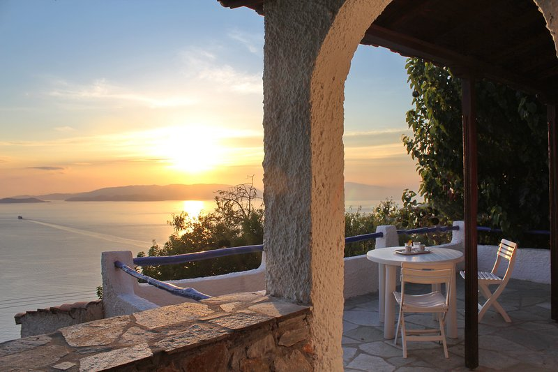 Villa CAMELIA. Private access to the sea. Privileged view of the Egean sea., casa vacanza a Loutraki