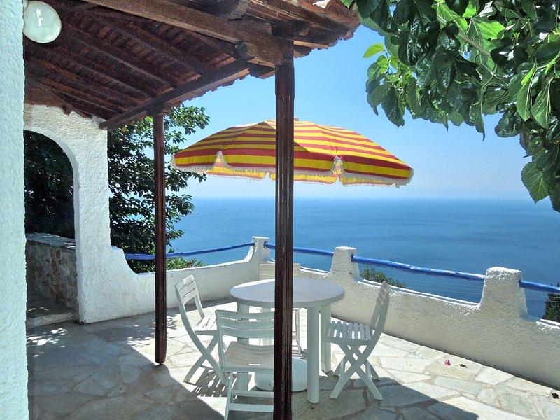 Villa CAMELIA. O terraço panorâmico do quarto com casa de banho no piso térreo.