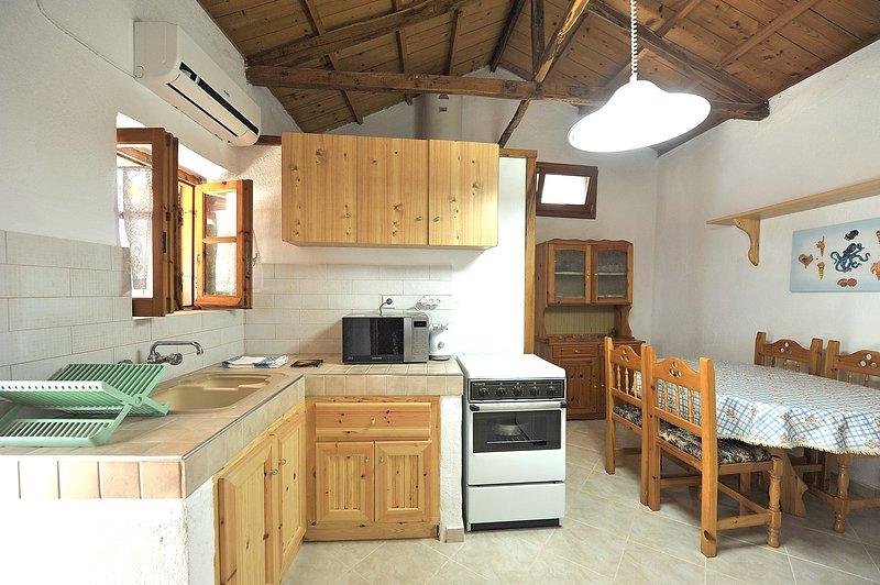 Villa CAMELIA. Cozinha e área de jantar para 6 pax.