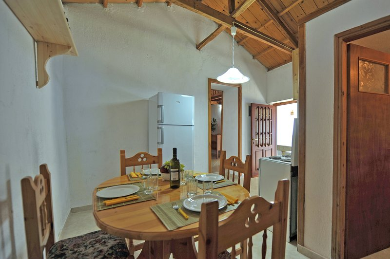 Villa CAMELIA. sala de jantar, geladeira com freezer, acesso a estadia conversível.
