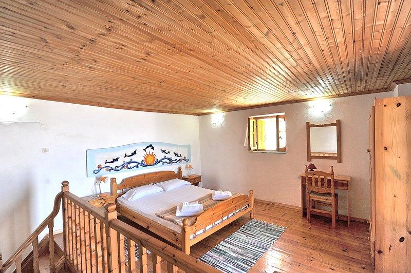 Villa CAMELIA. O quarto principal no primeiro andar com cama king size.