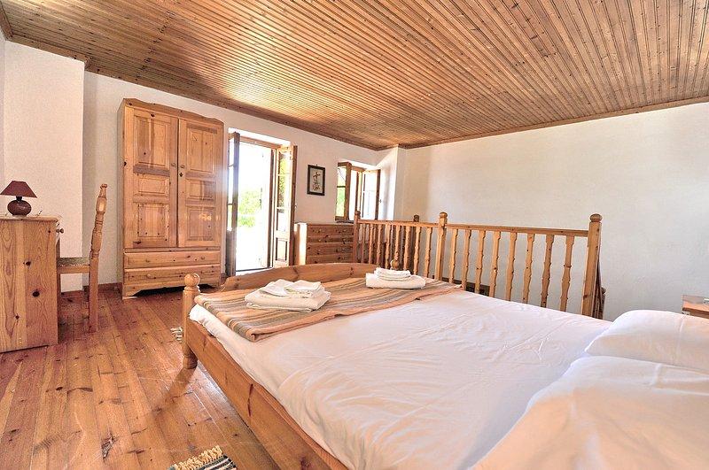 Villa CAMELIA. O quarto principal, closet, acesso a um terraço privado.