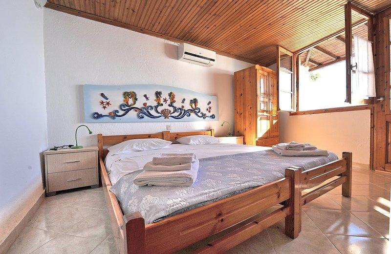 Villa CAMELIA. Dois acopláveis camas grandes individuais, frigorífico, WC e casa de banho com chuveiro.