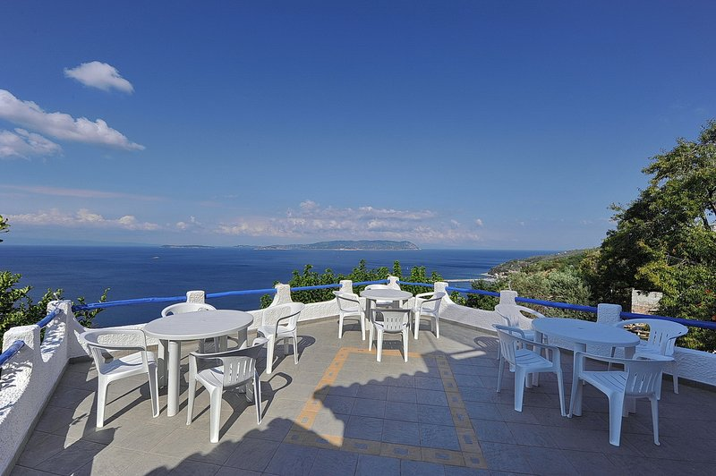 Villa VIOLA+Casa JASMINE.Private access to the sea.Privileged view of the Egean., casa vacanza a Loutraki