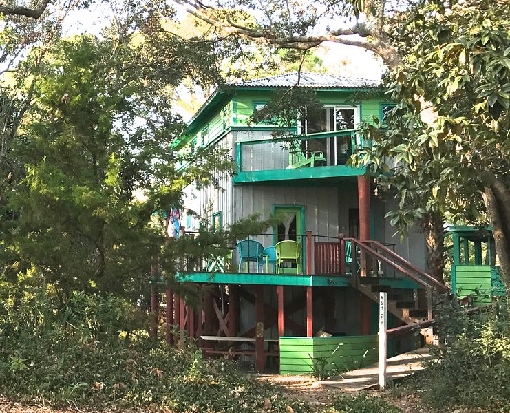 Ashley Tree House, close to beach, playground, food, drink & water sports., holiday rental in Folly Beach