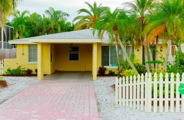 Just 100 Steps Away from the White Sand of the World Renowned Siesta Beach, holiday rental in Sarasota