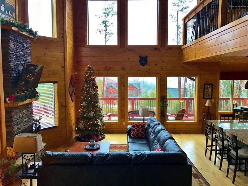 LE 2 STORY OUVERT GRANDE SALLE est décoré et prêt pour Noël!
