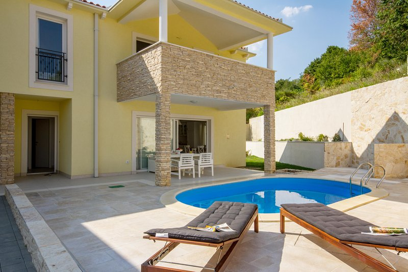 SUNNY ROCK APPARTMENTS WITH PRIVATE HEATED POOL, casa vacanza a Baska