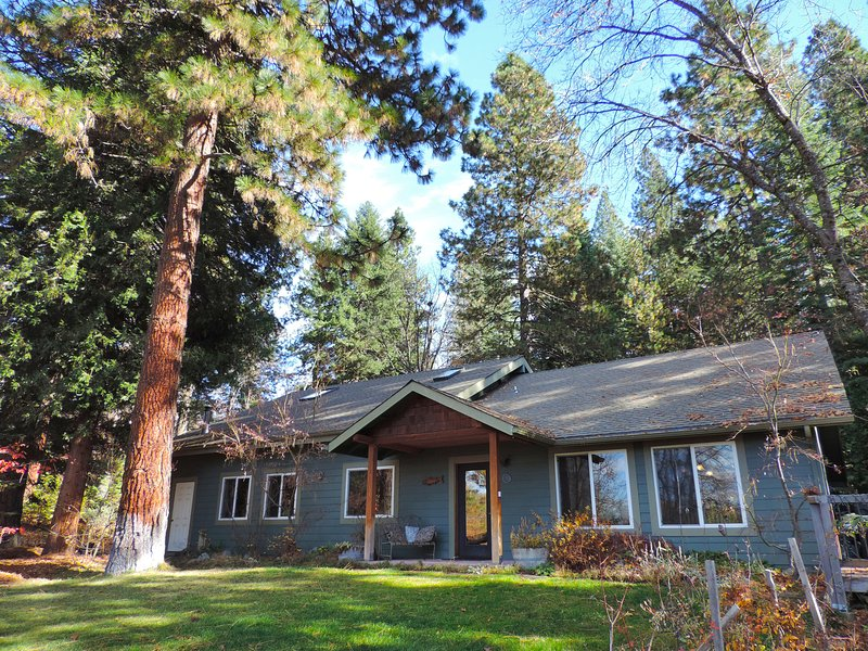 Beautiful house in the woods--close to town, lots of privacy; hot tub, sauna, vacation rental in McCloud