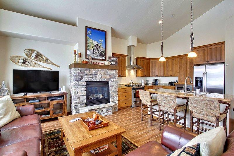 Foyer au gaz et télévision à écran plat dans le salon.