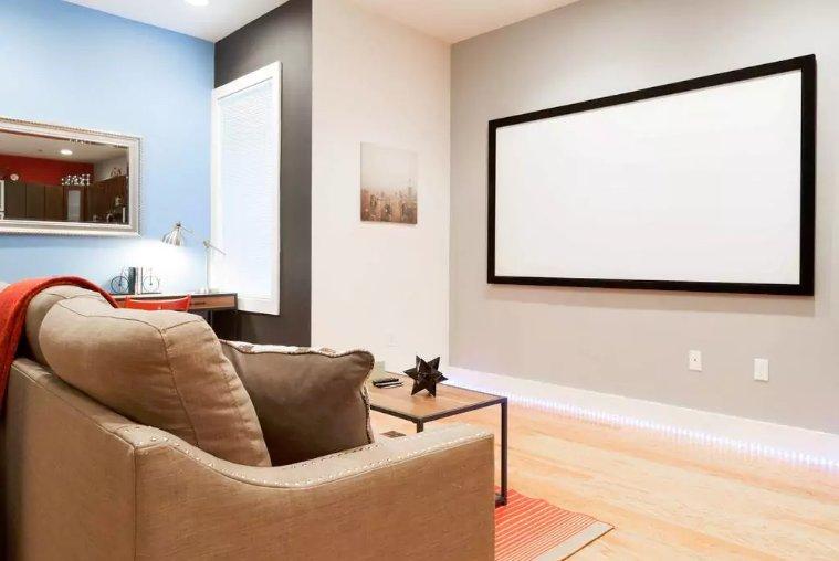 """100"""" Home Theater com os serviços de streaming e Vizio Soundbar"""