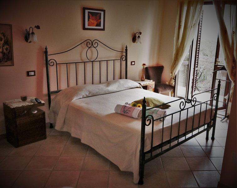 Al Casale La Gerla b&b -camera 3-doppia o uso tripla con balcone e bagno privato, location de vacances à San Vitale