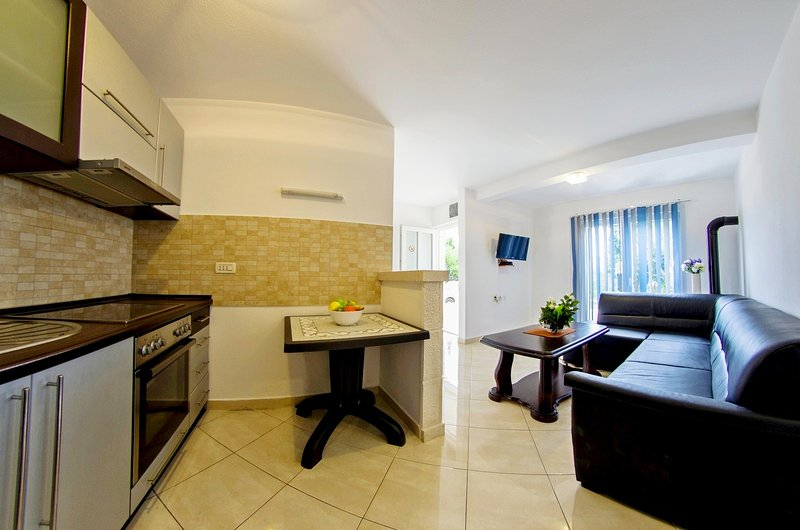 Cozy and affordable apartment for 7 people I, holiday rental in Sumartin