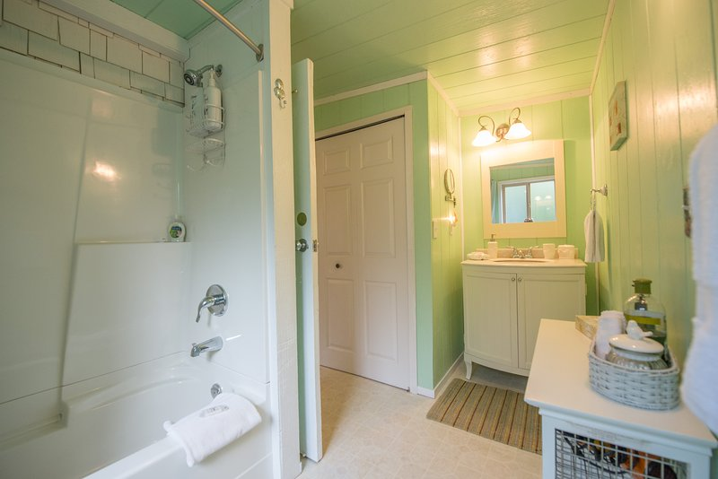 Full Bathroom with Tub/Shower, Towels, Toiletries, Hairdryer, Washer/Dryer