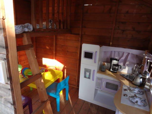 Ven a ver nuestra casa de juegos en el jardín con cocina completa