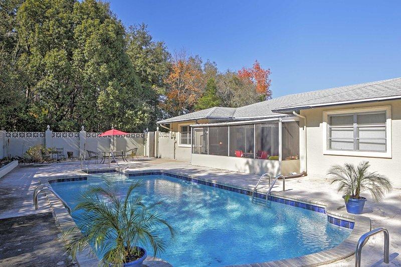 Chapotear bajo el cálido sol de Florida en la gran piscina privada!