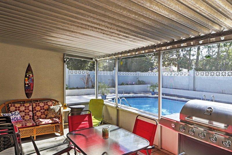 Disfrutar de comidas caseras de la cocina totalmente equipada o una parrilla en su patio proyectado en.