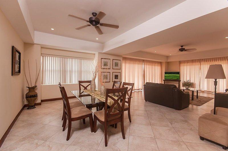 Grand plan d'étage ouvert avec le salon, la salle à manger et la cuisine, de nombreuses options de sièges pour les invités