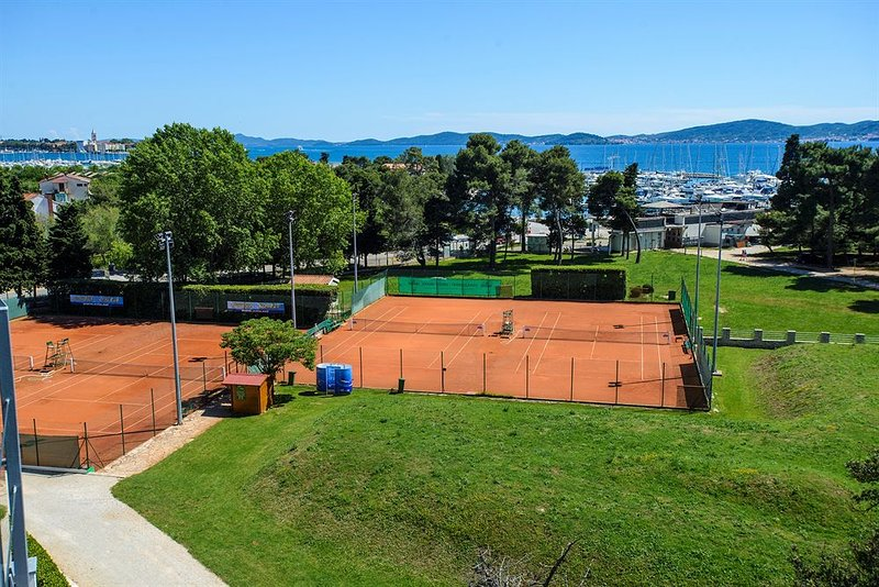 Tennis courts 10 minutes away