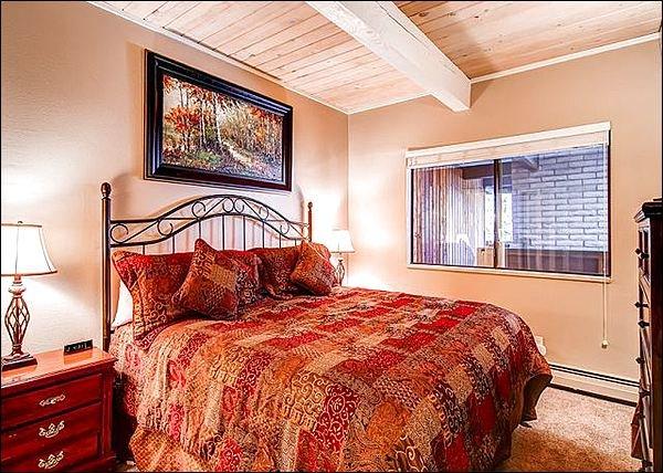 Kingsize bed in de grote slaapkamer