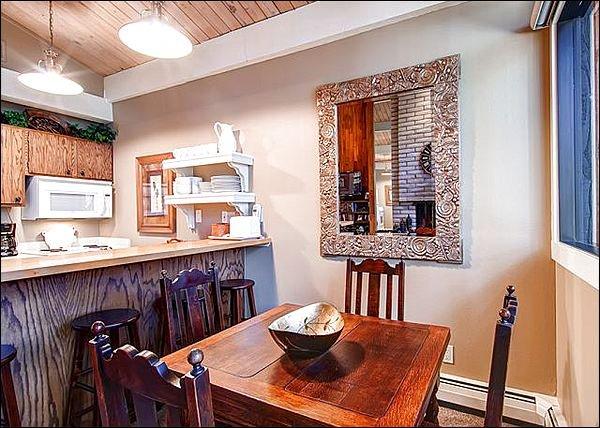 Eetkamer met een tafel voor 4 and Breakfast Bar voor 3