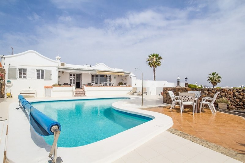 Villa Vispera - Tias, 3 Bedroom Detached Luxury Villa, Sleeps 6, Heated Pool., Ferienwohnung in Tias