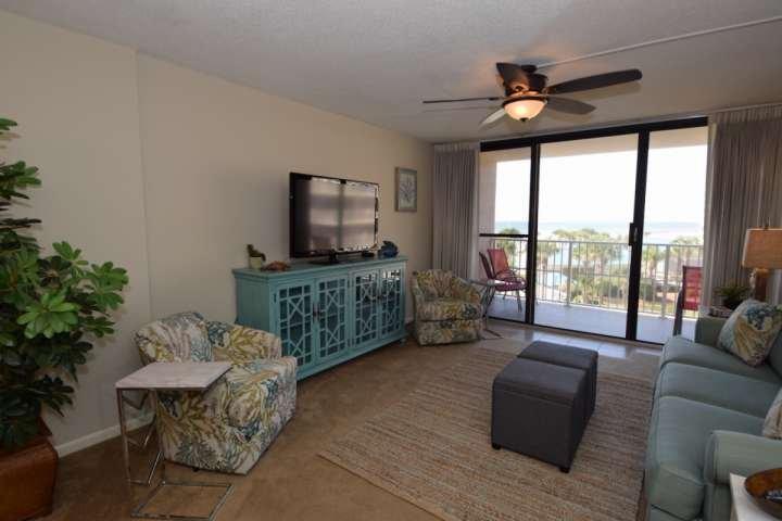 Ben arredate soggiorno con un letto queen size e accesso al balcone.