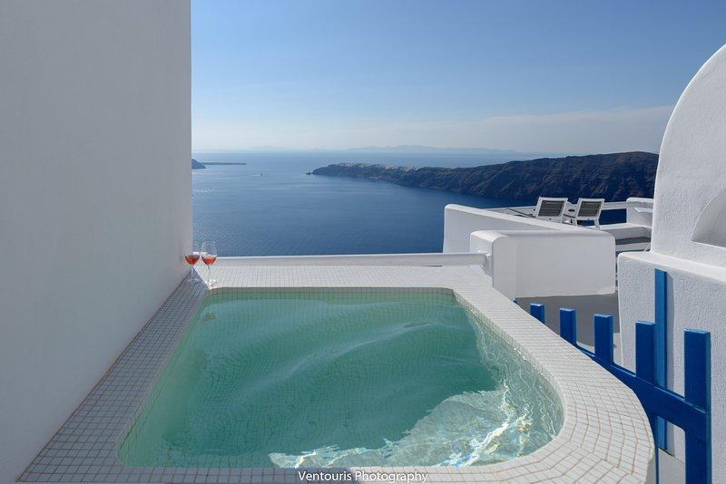 Externo privativo banheira de hidromassagem jacuzzi com vista panorâmica para o mar, do sol, caldeira, Oia, Thirassia