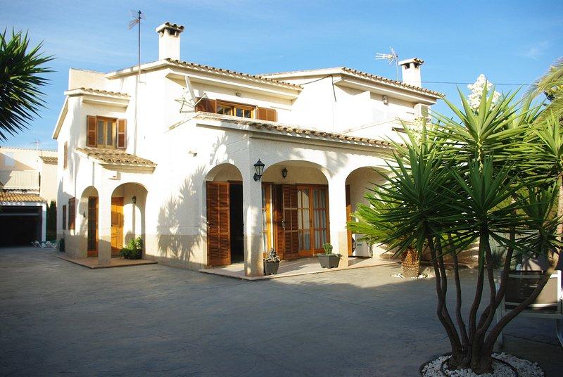 CASPRIN. Casa en zona residencial a 5km. de S'Arenal, piscina, AC. y Wifi fibra, aluguéis de temporada em Badia Blava