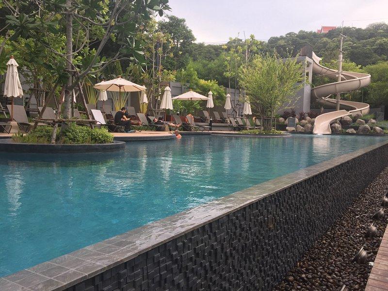 Se puede disfrutar de relajarse en la piscina con su familia o miel