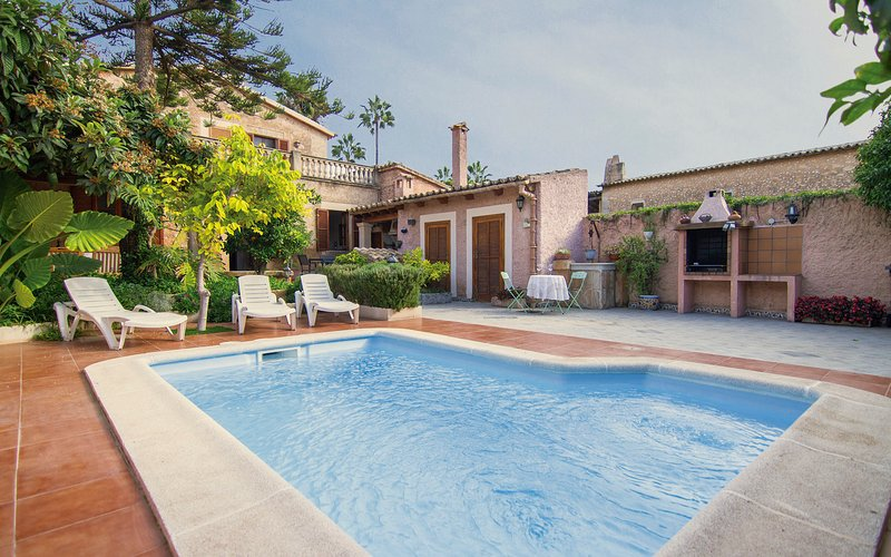 Large Mallorcan house with pool and private garden, vacation rental in San Simon