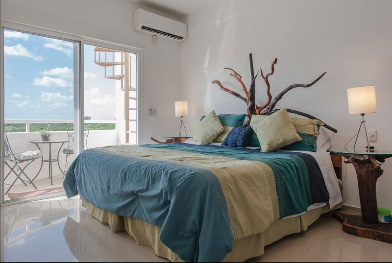 Penthouse studio w/ roof terrace & swimming pool!, holiday rental in Cozumel